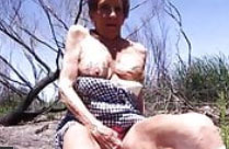 Oma hat sich ihre Titten tätowieren lassen