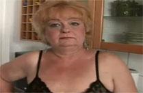 Dicke Oma in der Küche gefickt