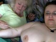 Fette Lesbe fickt mit alter Oma