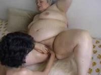 Fette Großmutter wird gefistet