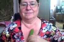 Oma fickt sich mit einer Gurke