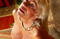 Oma masturbiert in ihrem ersten privaten Porno