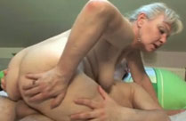 Oma braucht mal wieder Sex und ruft ihren Stecher an