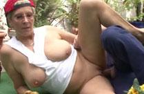 Oma von einem Handwerker im Garten gefickt