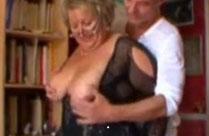 Französische Oma mit dicken Möpsen