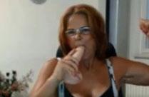 Oma mit Dildo in der Mundfotze