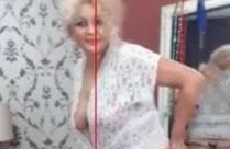 Oma stript vor der Webcam und vor ihrem Spiegel