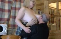 Oma steckt seinen Kopf zwischen Omas Titten