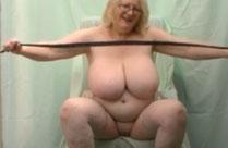 Oma spritzt sich Wachs auf die dicken Titten