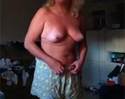 Geile Hausfrau zieht blank