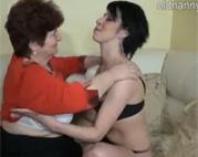 Geile Oma erwischt die Tochter beim Masturbieren