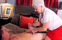 Oma massiert den Schwanz ihre Lustsklaven