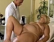 Geiler Arzt fickt perverse Großmutter