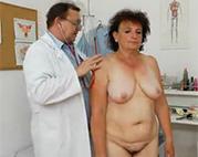 Geiler Arzt hilft Omi sexuell weiter