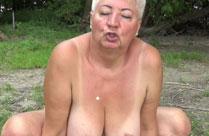 Oma findet Stecher am FKK Strand