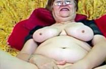 Megafette Oma reibt sich glücklich die Fotze