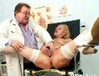 Granny beim Frauenarzt