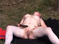 Granny masturbiert mit Dildo im Wald