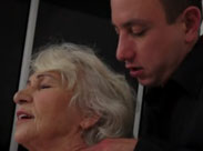 Oma steht auf junge Schwänze