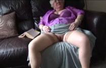 Geile grauhaarige Fotze im Oma Amateur Porno