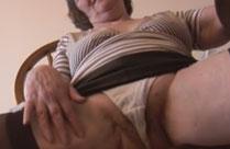 Oma zeigt euch ihre haarige Fotze