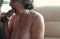 Oma ist geil auf haarige Schwänze