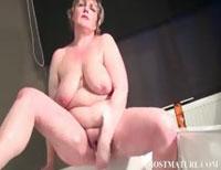 Hängebrust Omi masturbiert