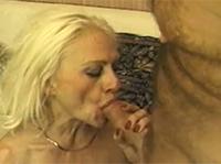Hässliche Großmutter squirtet und fickt