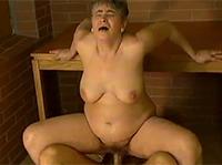 Hässliche Oma reitet den Schwanz