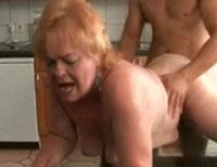 Haessliche Oma von hinten gefickt