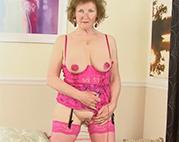 Heiße Tante in sexy Reizwäsche