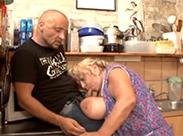 In der Küche die Oma bumsen
