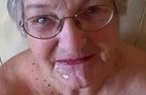 Oma genießt geile Gesichtsbesamung