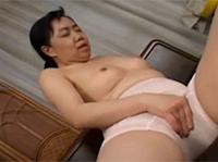Japanische Oma mit Dildo