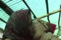 Lesbische Bäuerinnen ficken sich in der Scheune