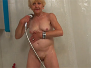 Lesbische Oma unter der Dusche