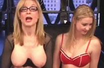 Mädchen hat Sex mit einer Oma