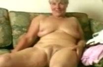Schüchterne Oma masturbiert mit Dildo