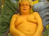 Meine geile Oma beim Masturbieren erwischt