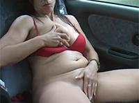 Meine Oma masturbiert im Auto