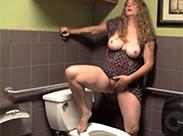 MILF masturbiert auf Toilette