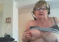 Oma mit 70 Jahren vor der Webcam