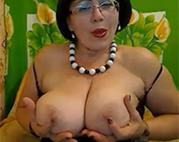 Mollige Oma mit Brille vor der Cam