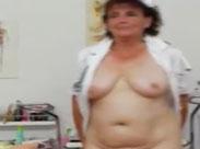 Alte Krankenschwester macht sich nackig