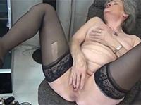 Nylon Oma beim Dildo Sex
