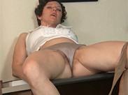 Nylon Oma ist ganz feucht