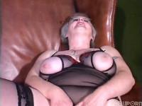 Oma zeigt ihre Fotze und masturbiert