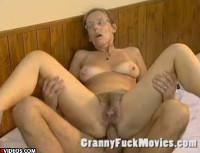 Behaarte Granny anal gefickt