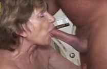 Oma will anal gefingert werden