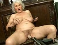 Oma auf der Fickmaschine